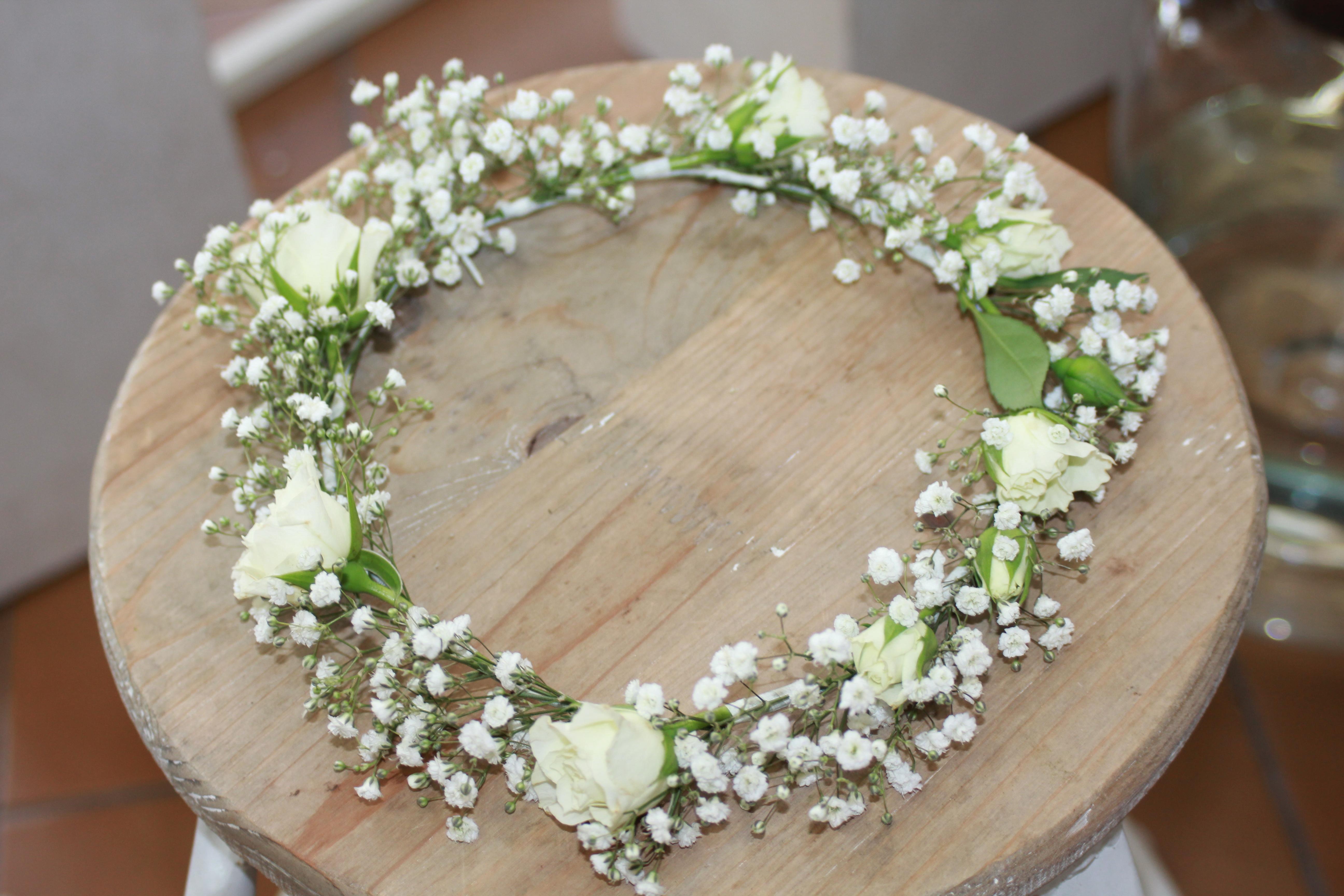 Couronne pour la mariée : gypsophile et boutons de roses
