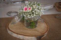 Bouquet champêtre dans bocal sur rondin de bois et toile de jute