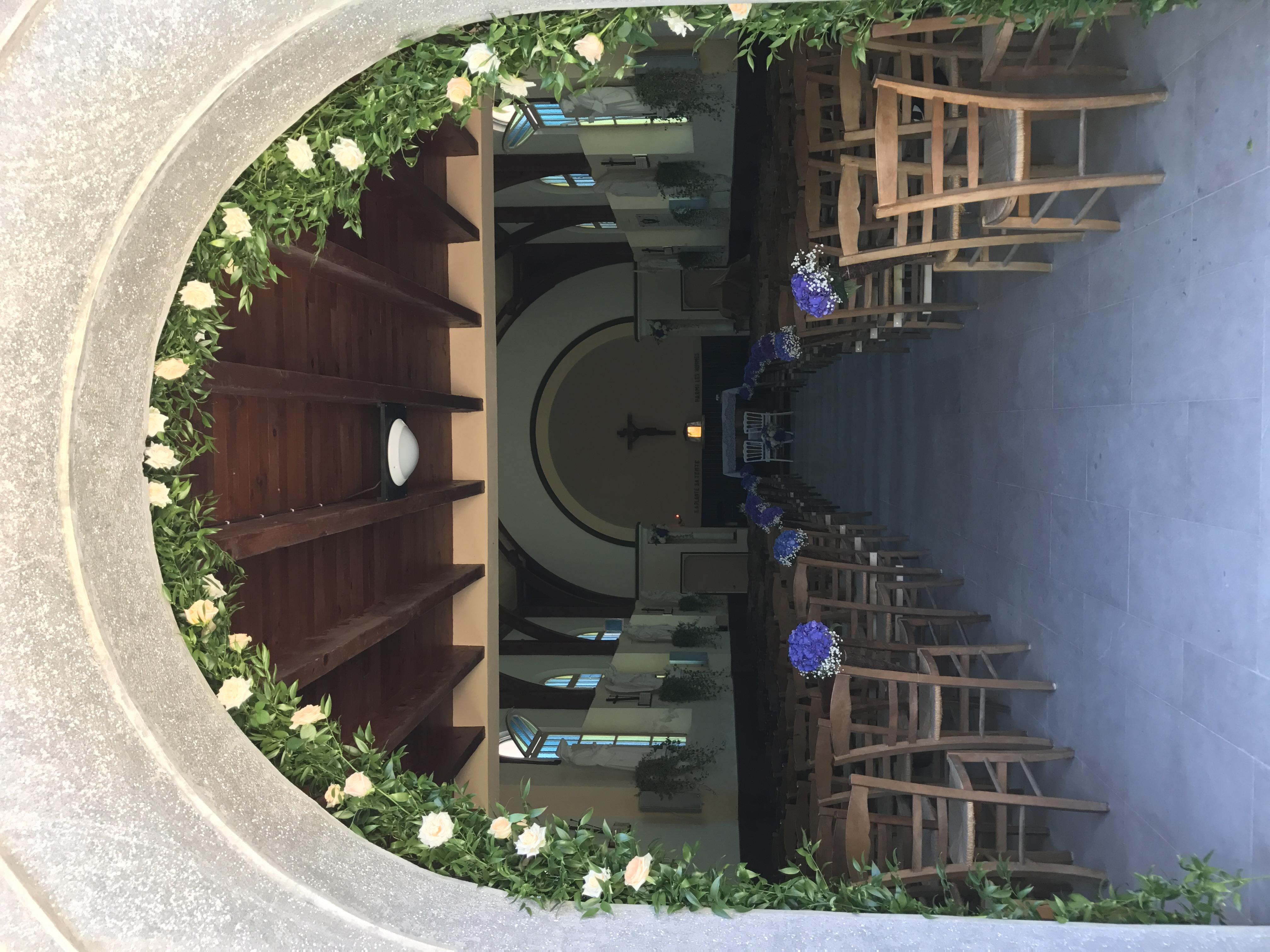 Fleurissement de la porte d'entrée de la Chapelle du Bois de la Chaise