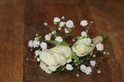 Boutonnière avec gypsophile et petites roses blanches