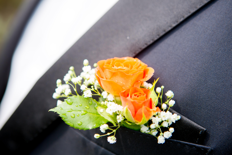 Boutonnière gypsophile et roses oranges