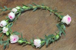 Couronne fine de mini roses et feuillage