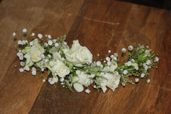 Demi-couronne avec gypsophile et petites roses blanches
