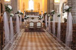 Décoration église : bouts de bancs suspendus