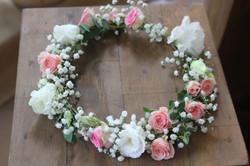 Couronne de fleurs gypsophile, roses, lisianthus et feuillage