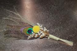 Boutonnière plume de paon et craspedia