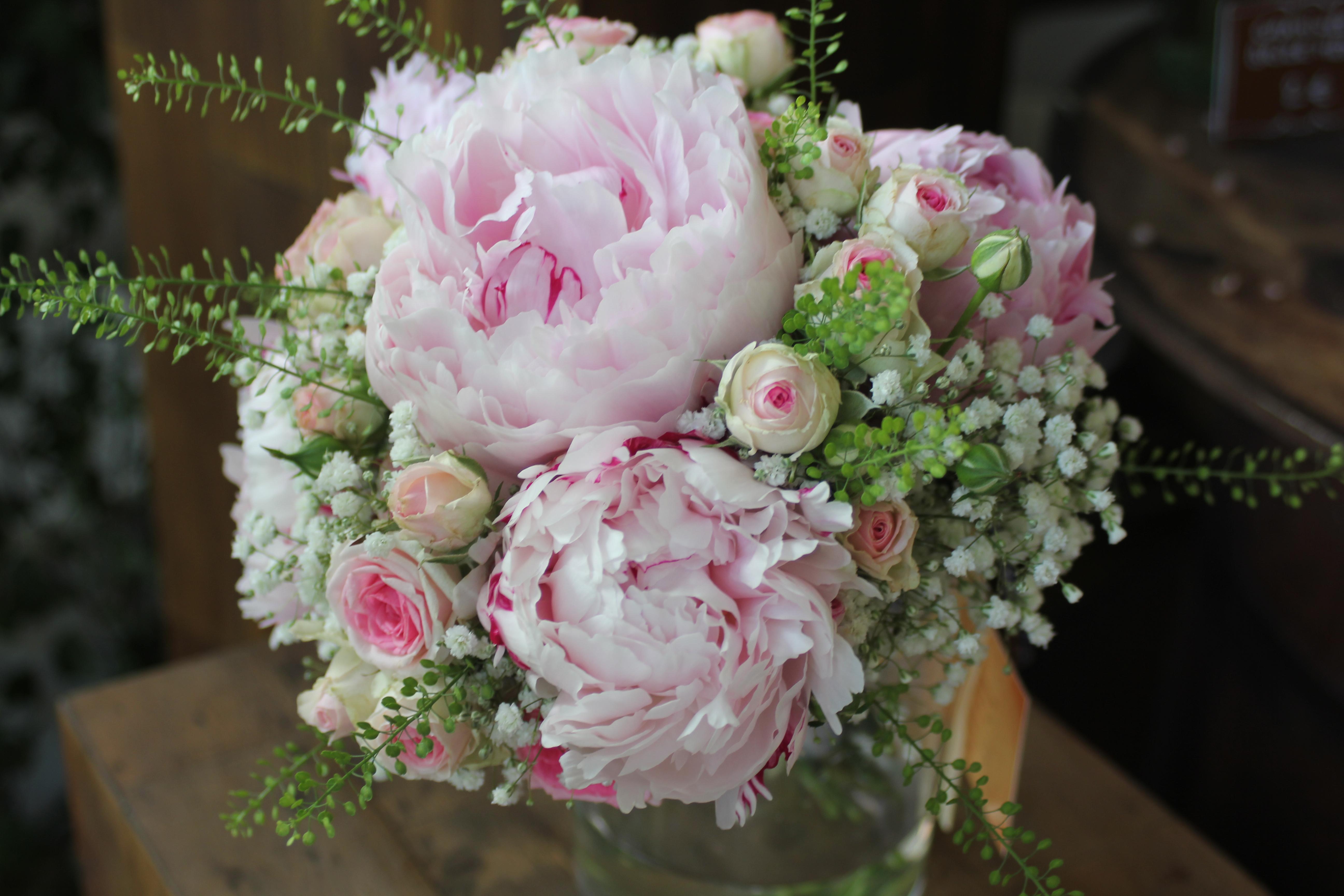 Bouquet de mariée pivoines, roses mini eden, gypsophile et feuillage thlaspi