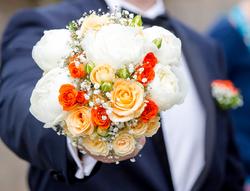 Bouquet de mariée pivoines blanches et roses saumon et orange