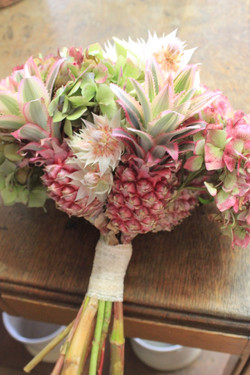 Bouquet de mariée exotique ananas et hortensias