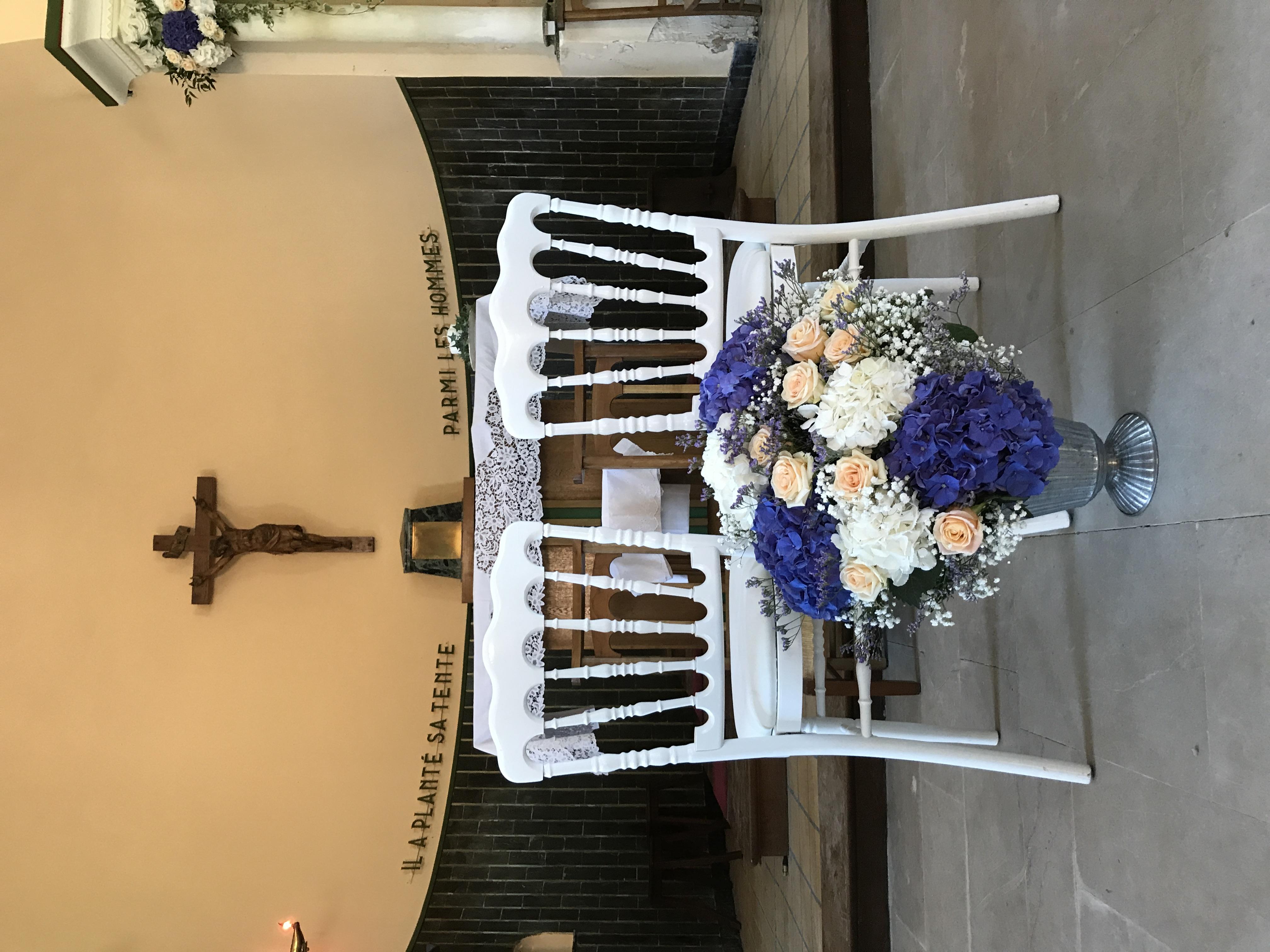 Composition au dos des chaises des mariés à la Chapelle du Bois de la Chaise