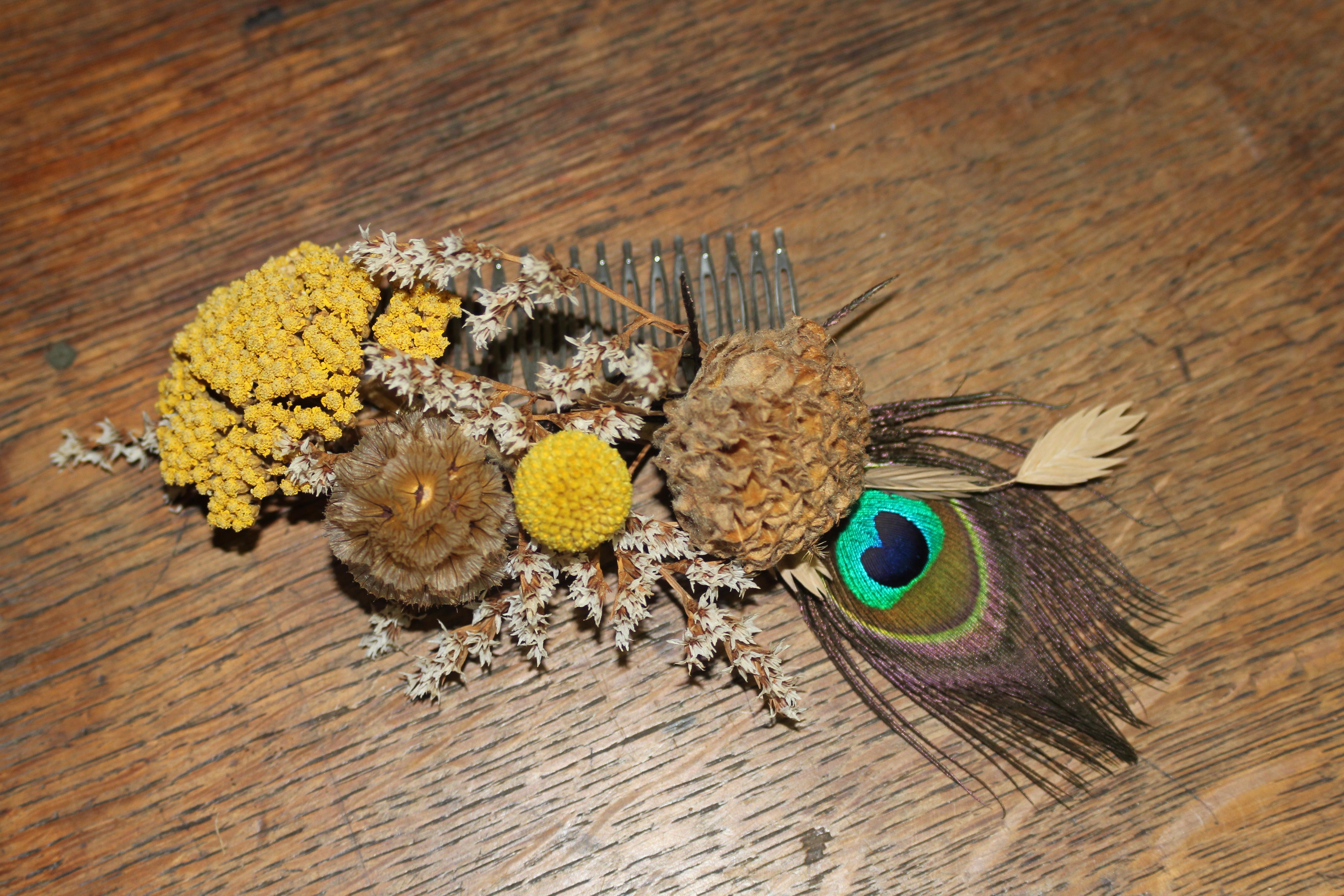 Peigne cheveux plume de paon et fleurs séchées