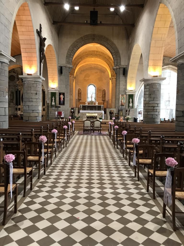 Bouts de bancs église hortensias roses
