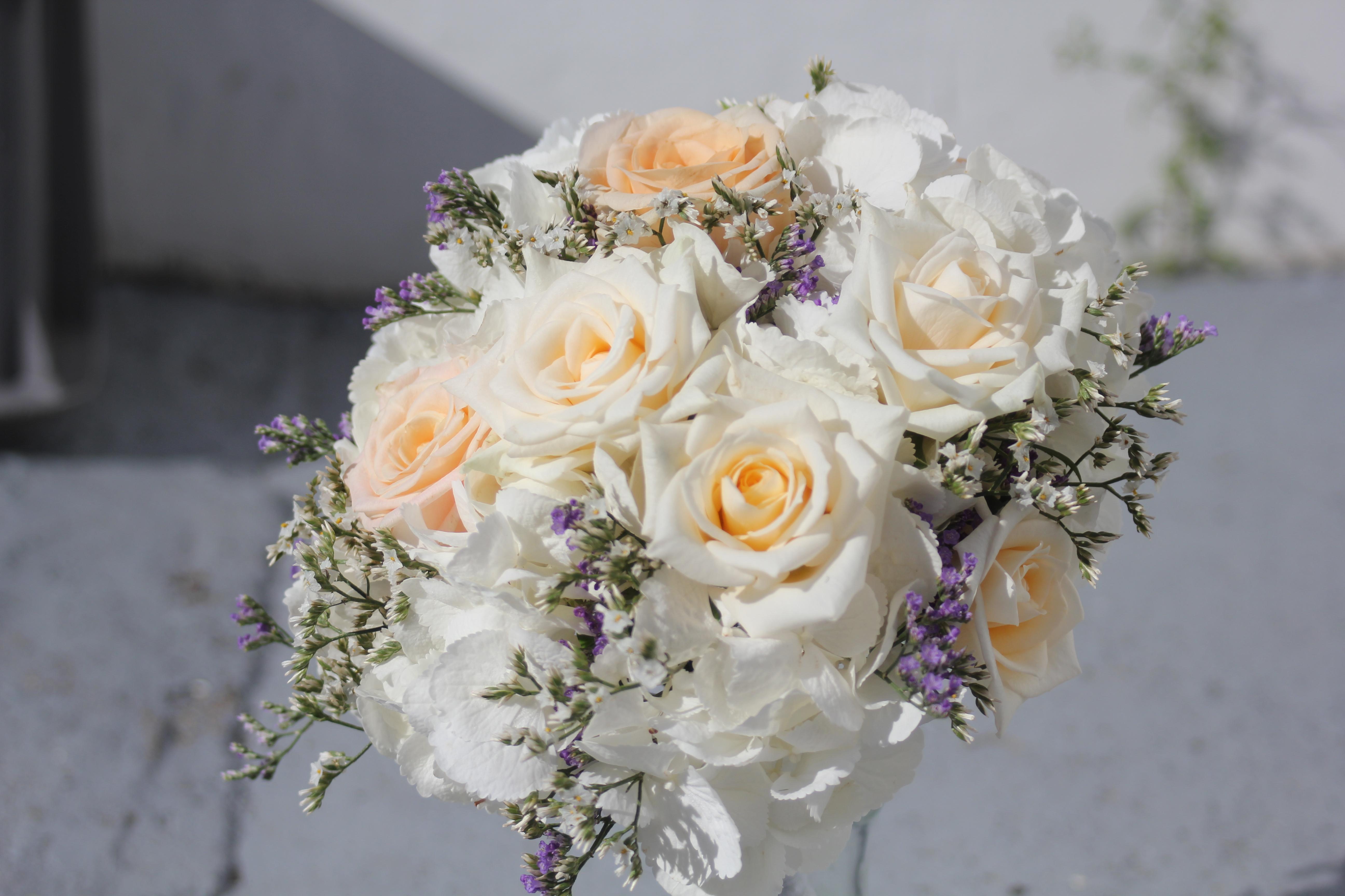 Bouquet de mariée couleur champagne avec une pointe de bleu_violet