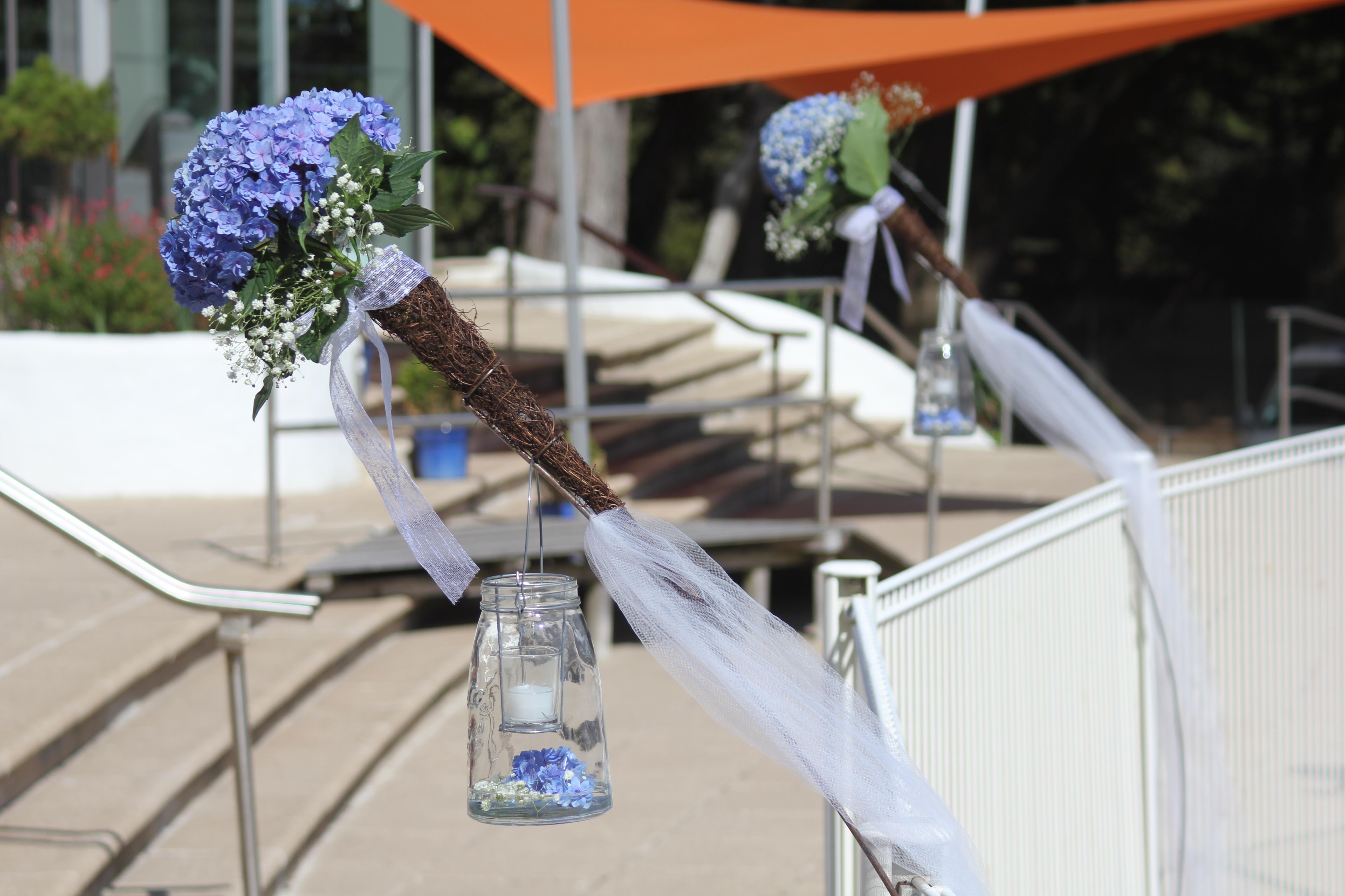 Décoration des barri!ères de la piscine _ hortensias bleus, gypsophile, ruban, tulle et photophores