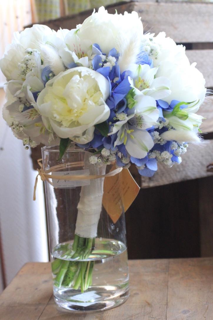 Bouquet de mariée hortensias bleus et pivoines blanches