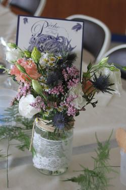 Bouquet champêtre sur les tables de la salle Hubert Poignant