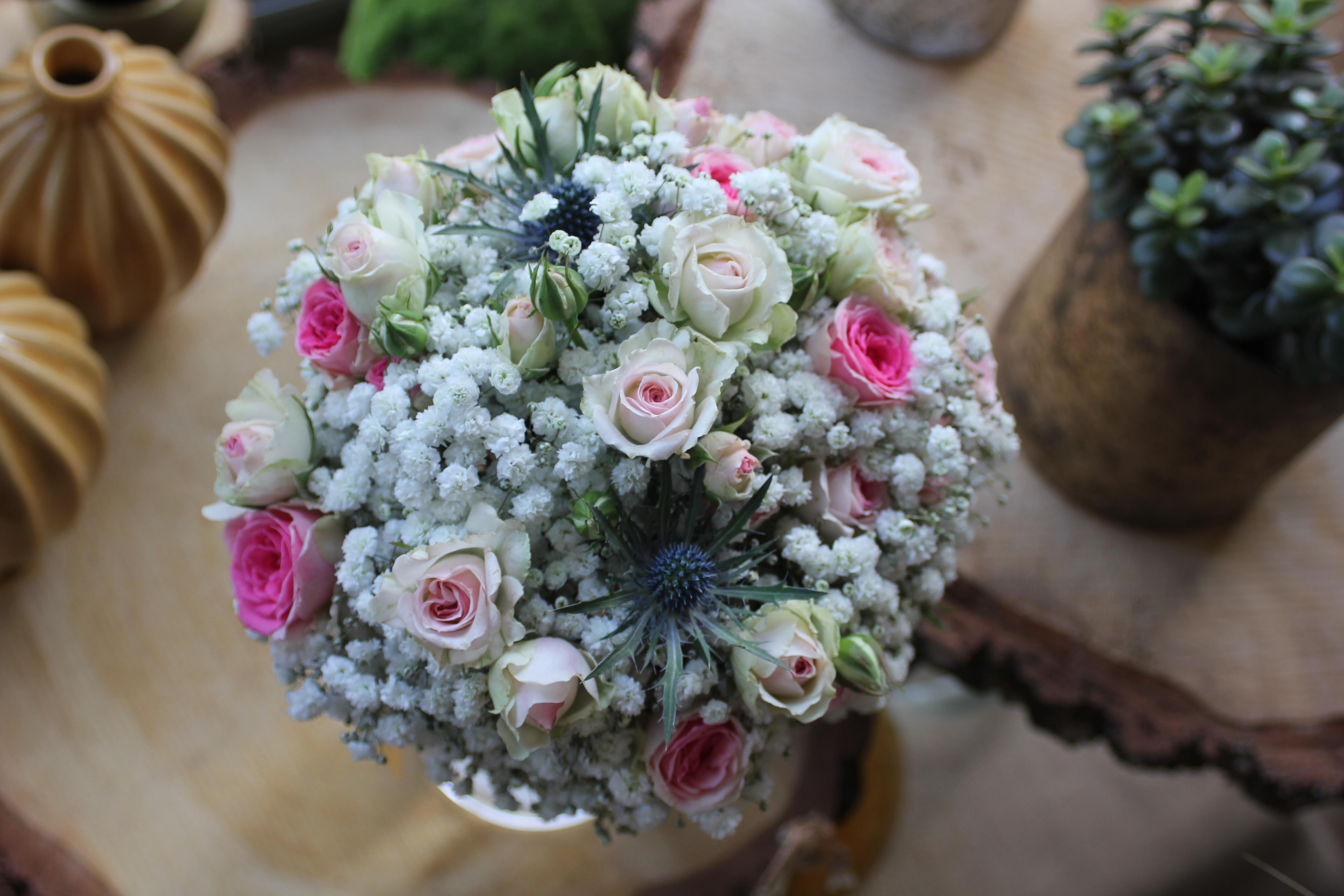 Bouquet de mariée gypsophile, roses mini eden et chardons bleus