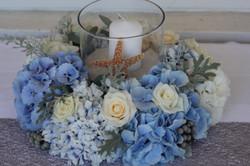 Couronne de fleurs bleues et blanches : hortensias et roses