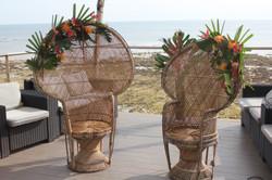 Fauteuils en rotin avec fleurs exotiques au Punta Lara