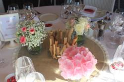 Centre de table bois flotté et fleurs roses et blanches
