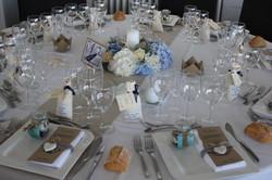 Centre de table bleu et blanc à la Maison sur l'Eau