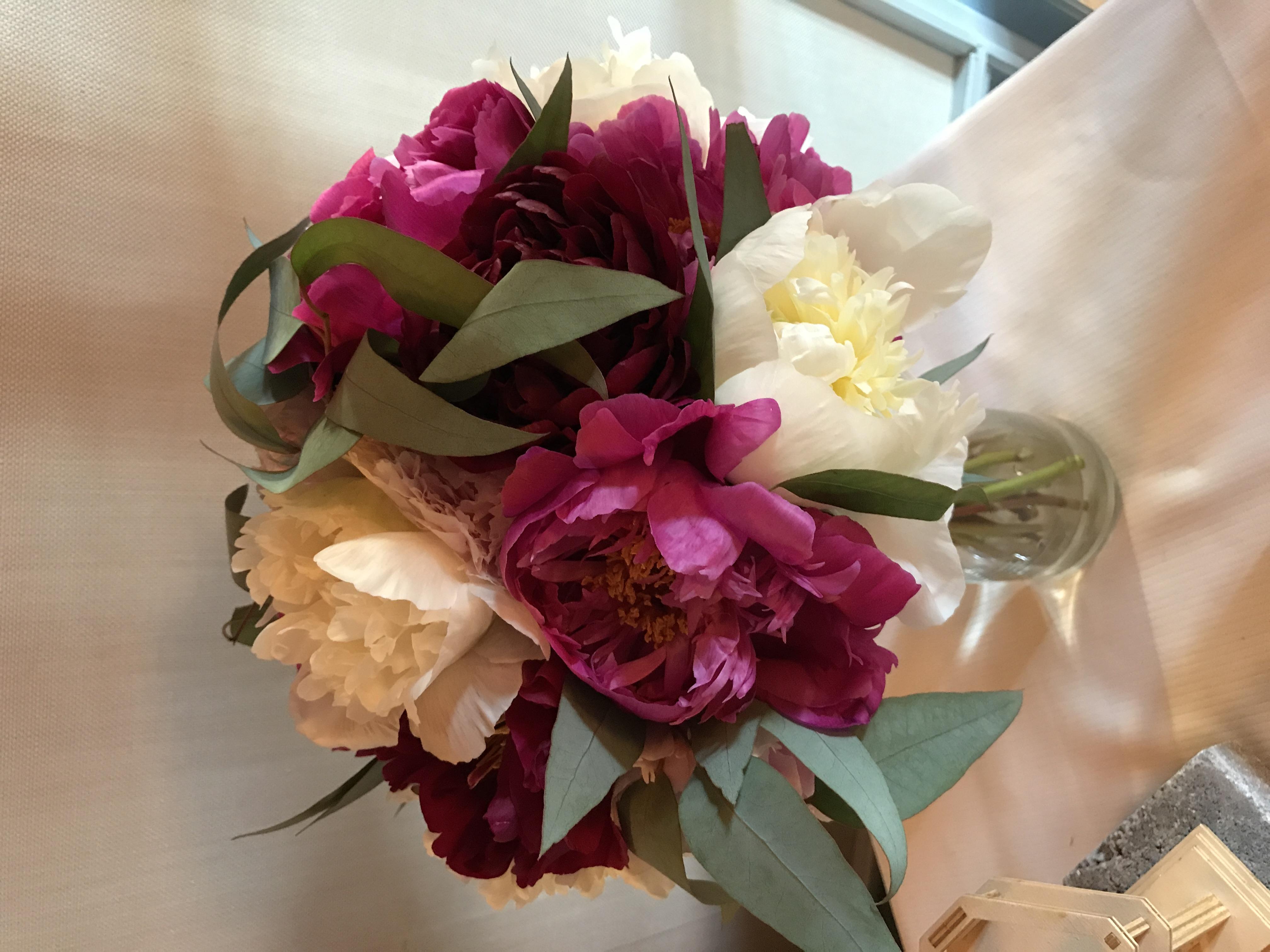 Bouquet de mariée avec pivoines et eucalyptus