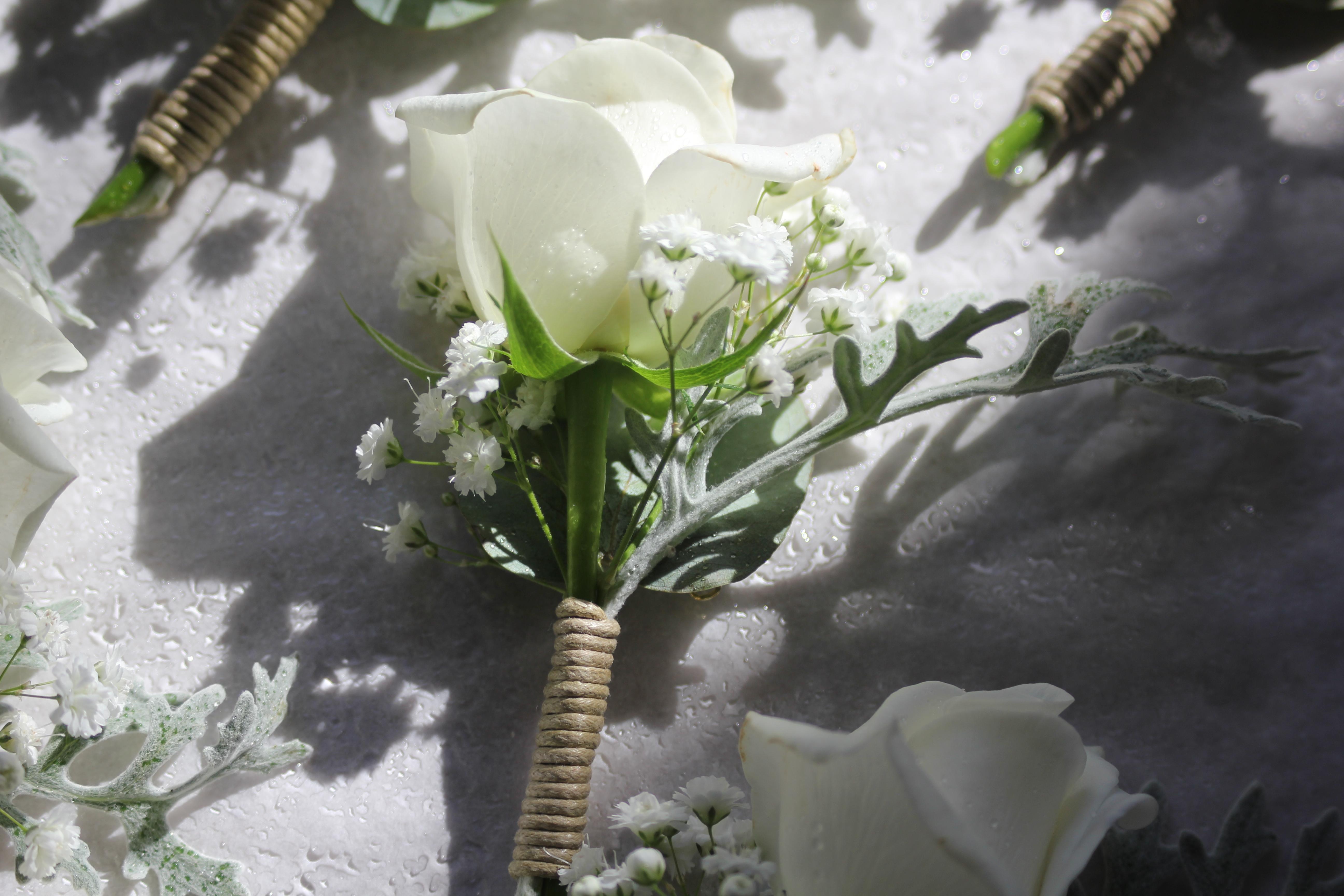 Boutonnière blanche avec ficelle