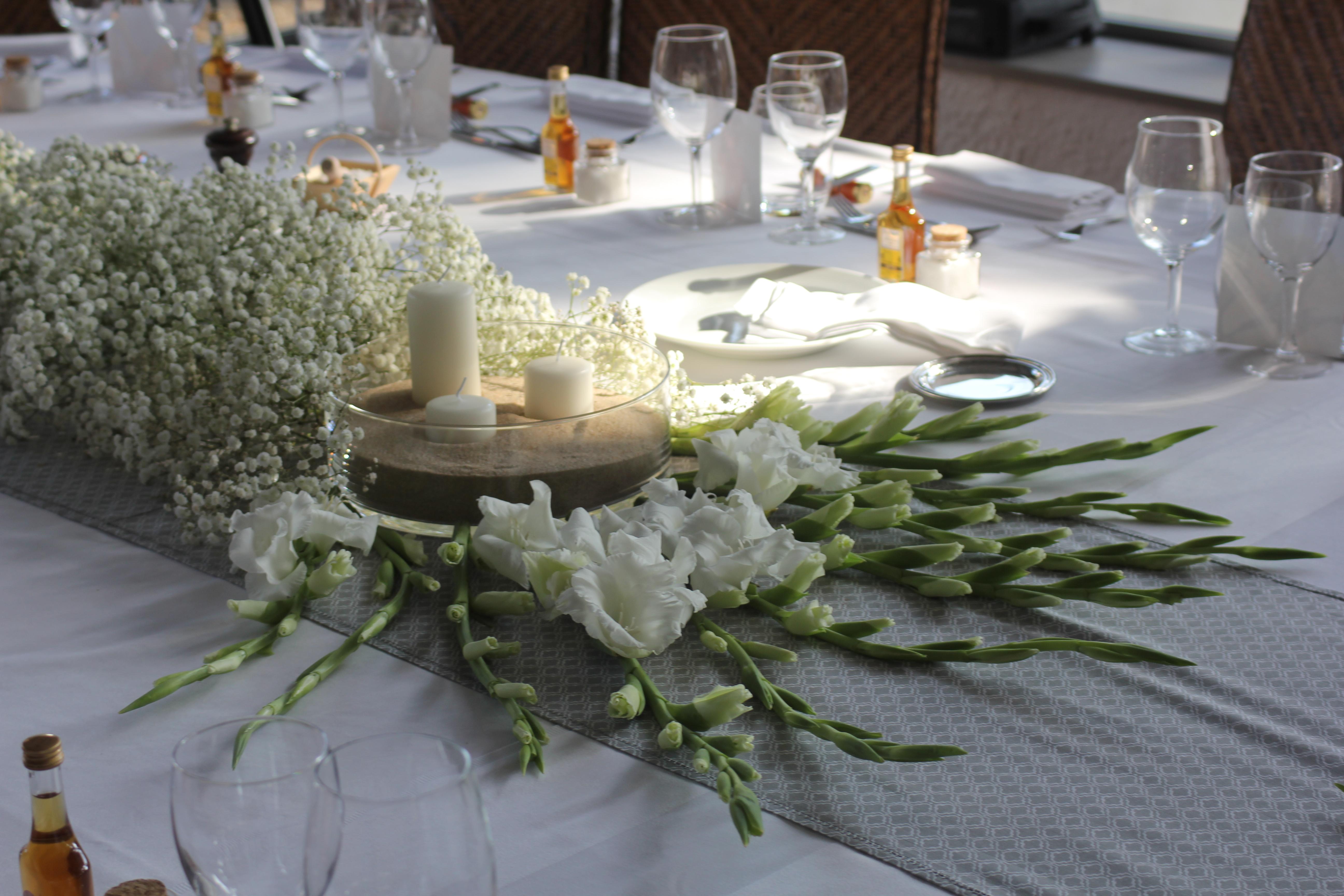 Glaïeuls et gypsophile sur la table d'honneur