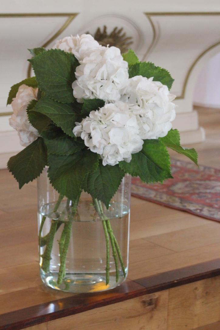 Bouquet d'hortensias blancs devant l'autel