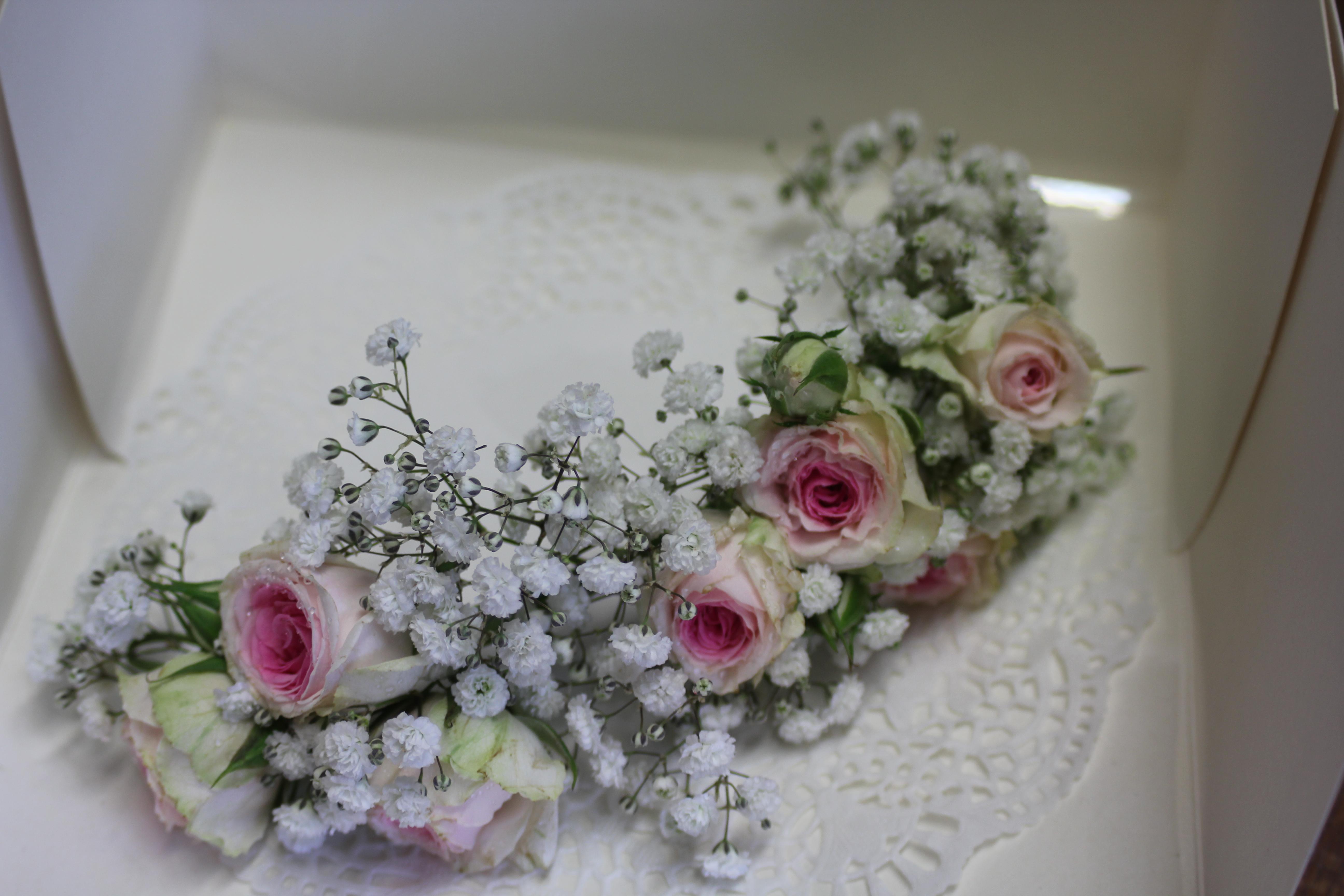 Demi-couronne gypsophile et roses mini eden