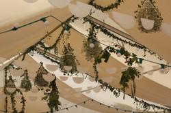 Décoration champêtre sous un barnum : lierre et gypsophile