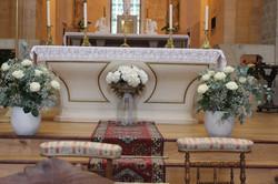 Décoration devant l'autel de l'église