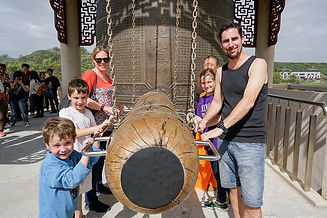 02_遠從倫敦來的一家五口春節拜訪佛館,體驗中國年叩鐘祈福 .jpg
