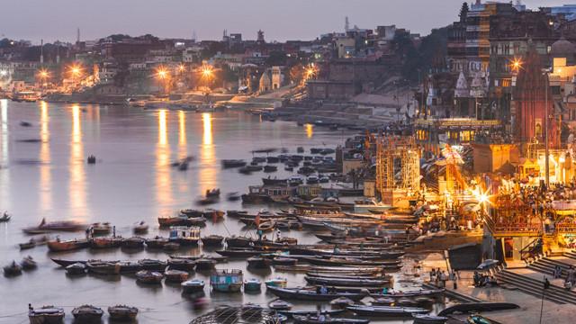 t prepares the evening prayers in Varanasi