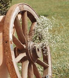 Roues de charette pour décoration vintage, champêtre, bohème, mariage, anniversaire, retraite. AMBIANTIELLE, location d'objets décoratifs vintage et mobilier événementiel