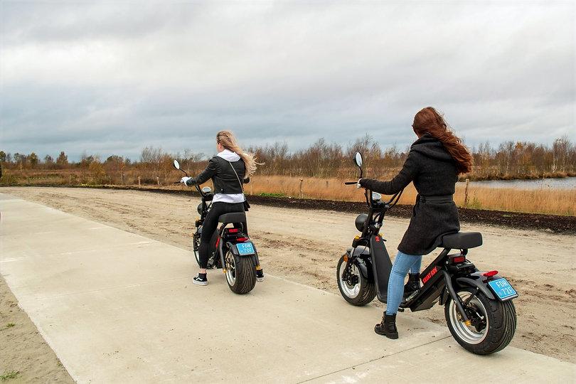 2 meiden op e-chopper in bargerveen. Elektrische scooter