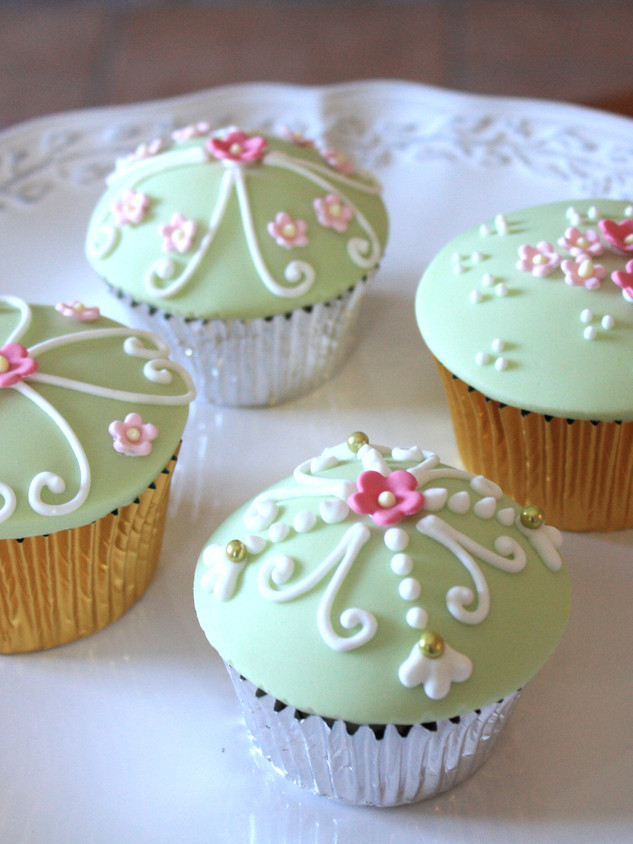 Cupcakes decorated with sugarpaste flowers