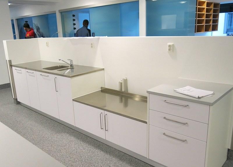 Laboratoriesett med benkeplate i rustfritt stål og servant
