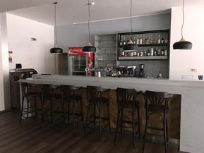 ukázka realizace restauračního baru z umělého kamene Meganite (dodáváme i projekty  barů)