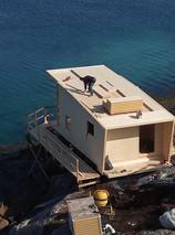 stavba zakrytí střechy z CLT dřevěných panelů