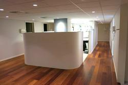 Kreativní oddělení laboratoře ohýbanou stěnou
