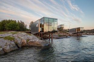 pohled na mikrodomek Shelter na ostrově Manshausen – resort pro cestovatele