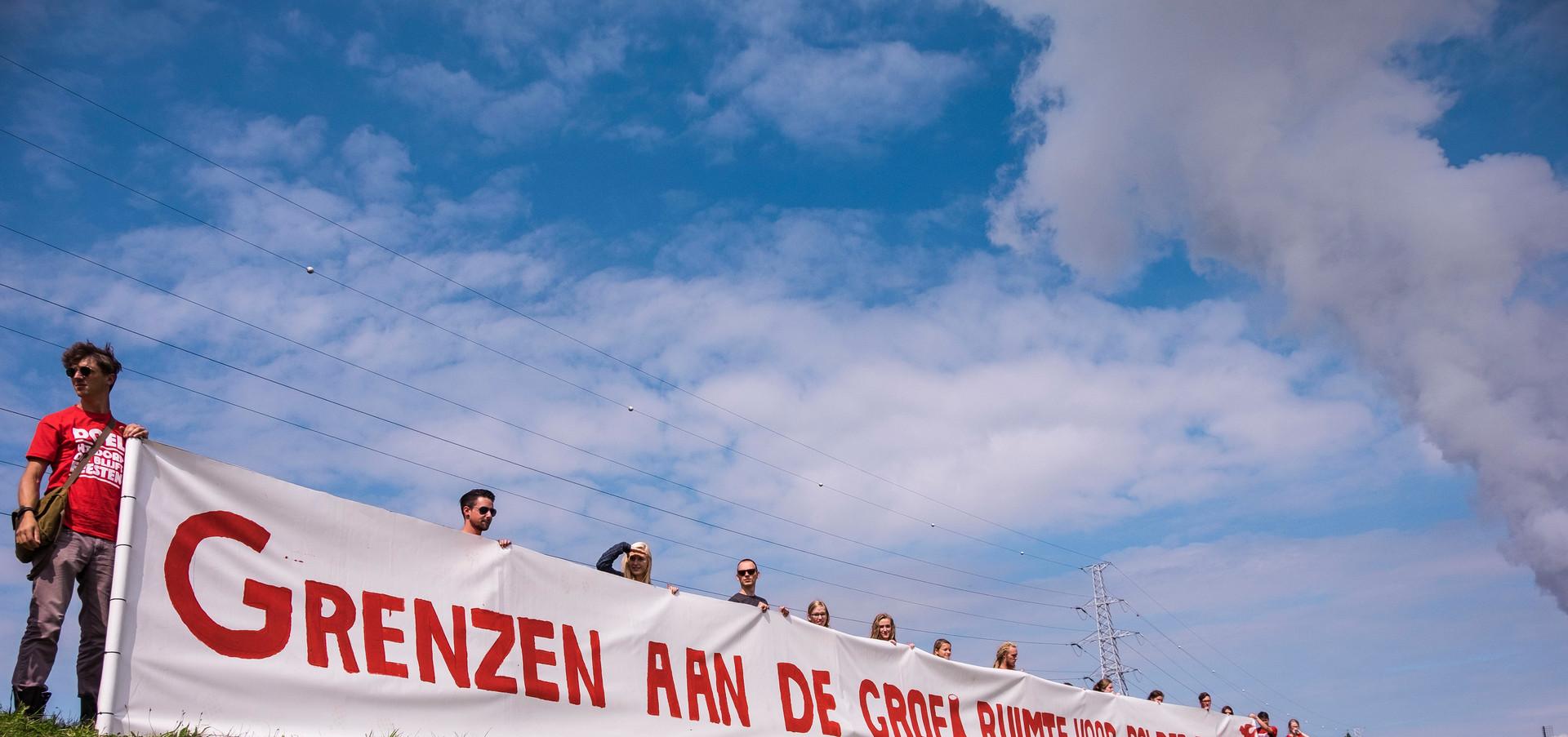 Protest bewoners tegen afbraak Doel.JPG