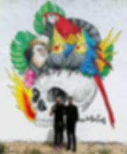 El dios e los tres pintando un mural , muralsita free lancer