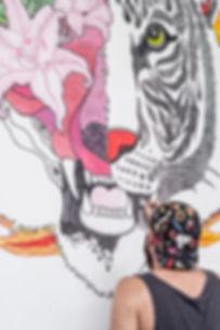 El dios de los tres: Ilustrador pintando un mural en Madrid