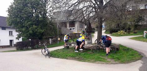 Labung am Dorfbrunnen in Dirnsdorf
