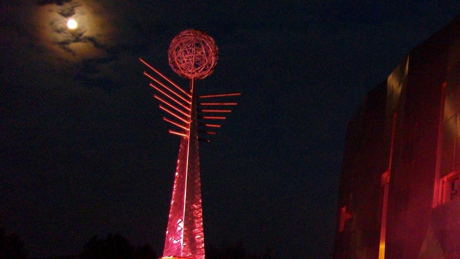 Weinengel Loisium bei Nacht