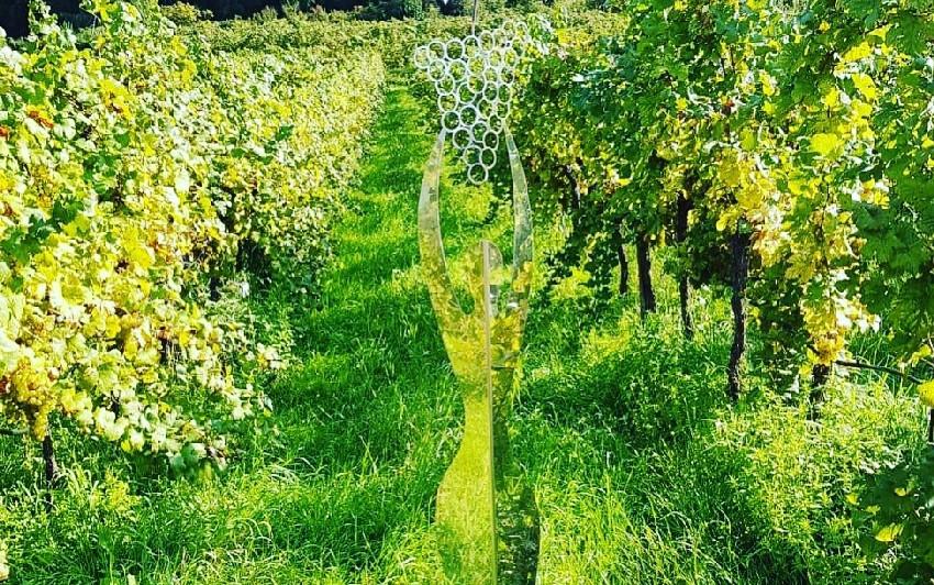 Weintänzerin aus Edelstahl gespiegelt