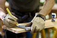Carpenter het meten van hout