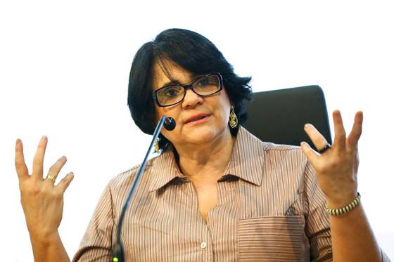 """Damares Alves: """"vão legalizar a pedofilia no Brasil"""". Informação é descontextualizada"""